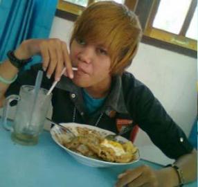 Foto Justin Bieber Makan di Warteg